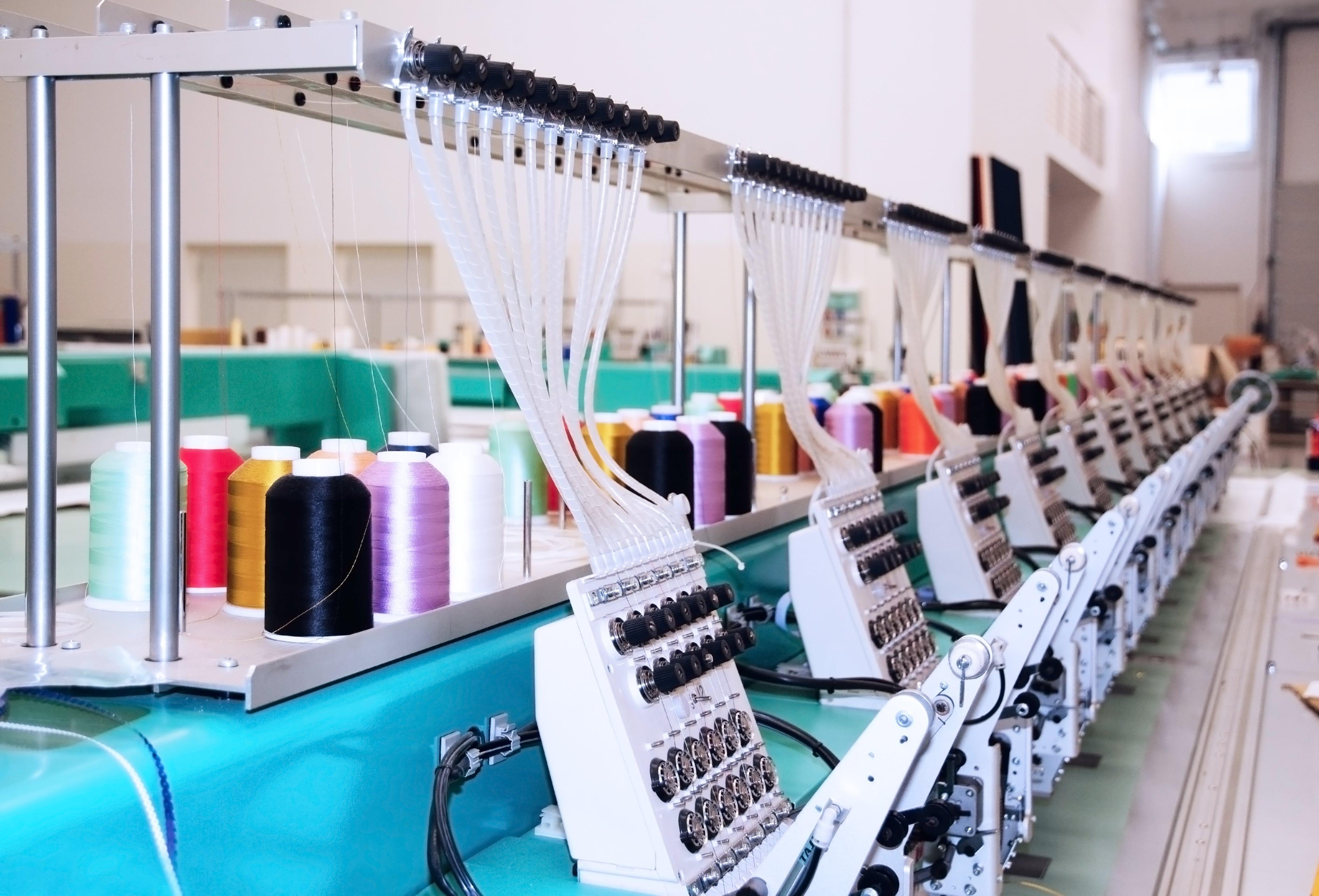 Maszyna wykonująca haft na odzieży